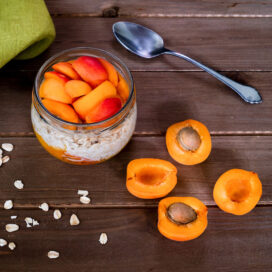 Recipe for 5 grain vegan overnight oats with apple and apricot